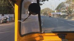 Chennai, Hindistan'da şehir merkezinden Chennai Uluslararası Havalimanı'na Auto ile giderken